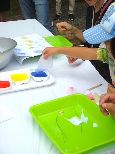 色水に紙を浸すと、ぼんやりとにじんで美しい花びらに!