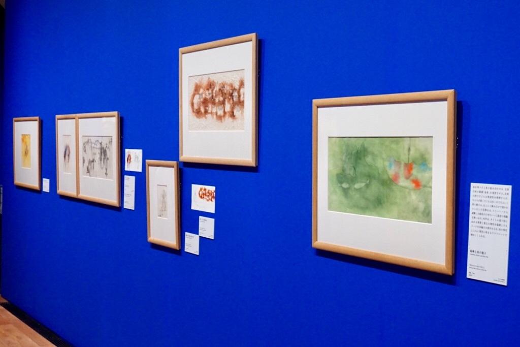 (右)いわさきちひろ 《雨傘と魚の親子》 1968年 水彩、洋紙 ちひろ美術館蔵