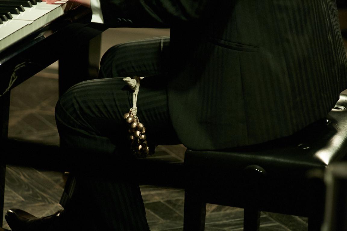 左足についているのは打楽器の「ガン・グルー」