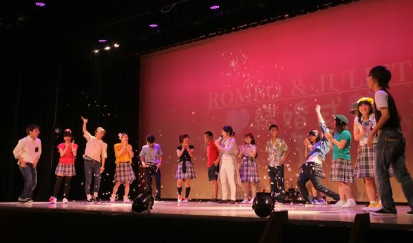 過去公演の様子(撮影:大倉英揮)多田淳之介「ロミオとジュリエットと僕達と夏」