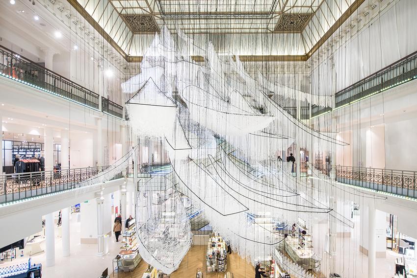 塩田千春 《どこへ向かって》 2017年 白毛糸、ワイヤー、ロープ 展示風景:「どこへ向かって」ル・ボン・マルシェ(パリ)2017年 撮影:Gabriel de la Chapelle