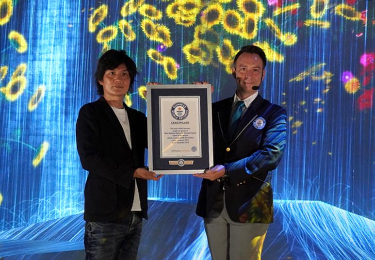 ギネス世界記録認定式 左:チームラボの松本明耐氏、右:ギネス世界記録公式記録員のジャスティン・パターソン氏
