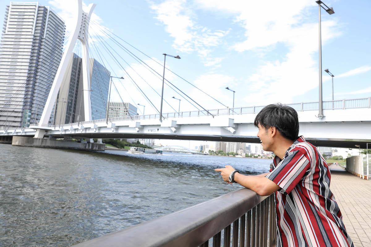 涼風吹き抜ける隅田川テラス。中央大橋を渡り、永代橋方面へと向かう
