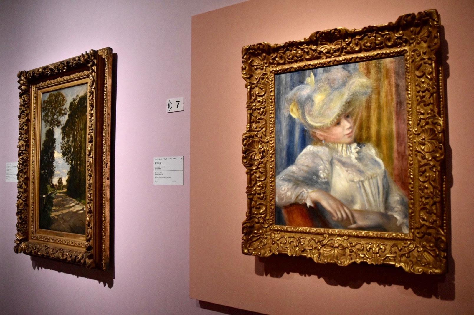 右:ピエール=オーギュスト・ルノワール 《帽子の女》 1891年 国立西洋美術館蔵 左奥:クロード・モネ 《並木道(サン=シオメン農場の道)》 1864年 国立西洋美術館蔵