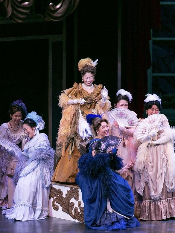 ソプラノ山田知加(中央青いドレス)オペラへの招待「こうもり」(2020.1びわ湖ホール中ホール)  写真提供:びわ湖ホール