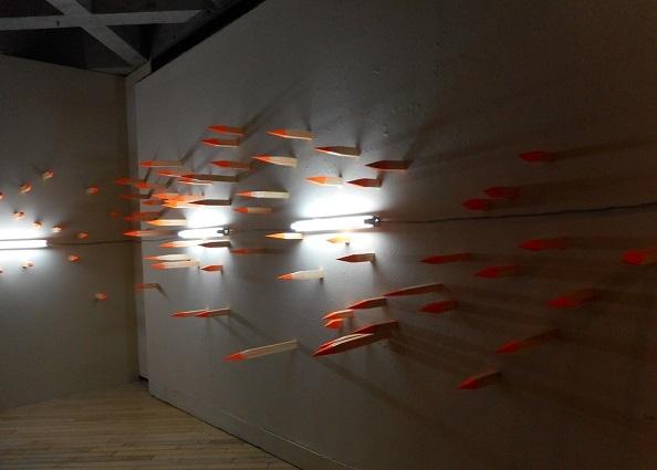展覧会風景より 《木材、及び蛍光灯》部分