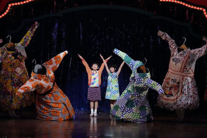 『ビリー・エリオット』舞台写真。左:中村海琉、右:河井慈杏(撮影:田中亜紀)