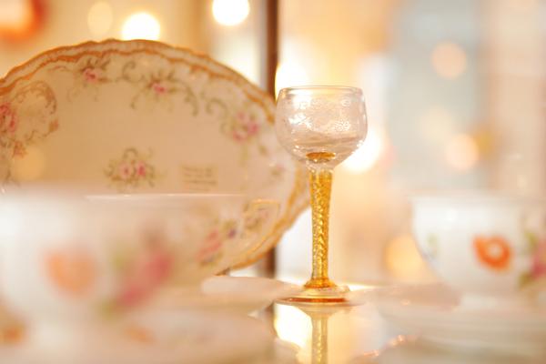 ロマンチックなグラス類も取り揃えている