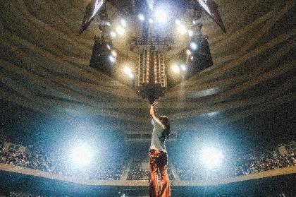 あいみょん 360°観客に囲まれたセンターステージで18曲弾き語り、初の日本武道館公演オフィシャルレポート