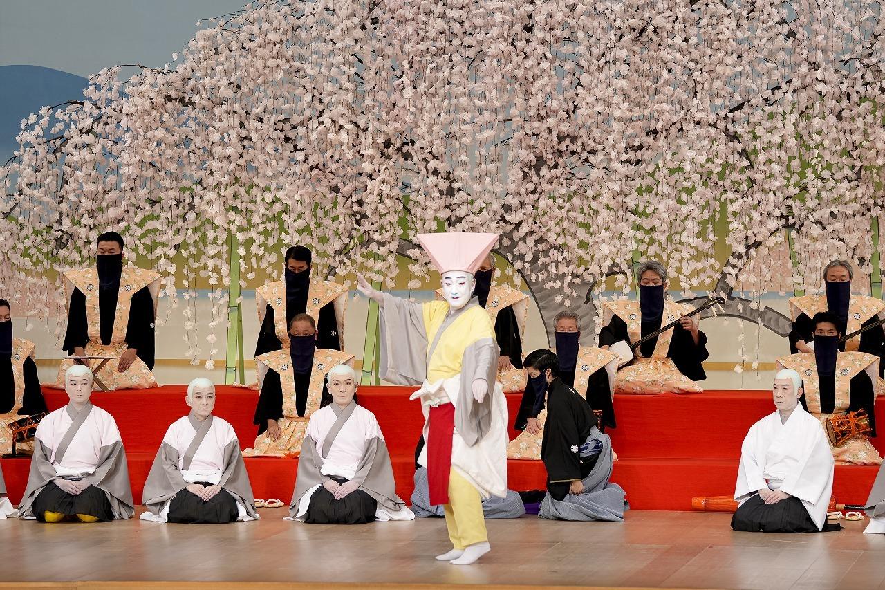 第三部『六歌仙容彩 喜撰』(左より)所化=中村吉之丞、所化=市村橘太郎、所化=坂東亀蔵、喜撰法師=中村芝翫、所化=片岡亀蔵 /(C)松竹