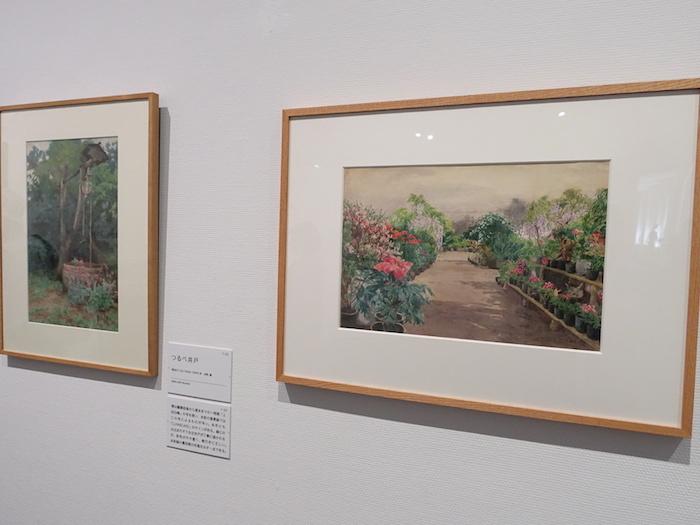 右から《花のある風景》明治27年以前か 郡山市立美術館、《つるべ井戸》明治27-32年 個人蔵