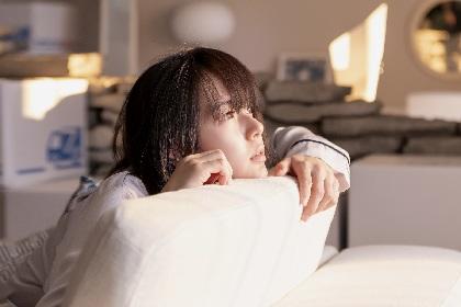 宙を見つめる多部未華子、座り込む三代目JSB岩田剛典 青山真治監督の映画『空に住む』から場面写真を解禁