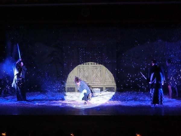芝居『峠の残雪』の一場面。舞台に横幅があるので美しさが映える。(2016/10/2) ※芝居も劇団・劇場の許可を得て撮影しています