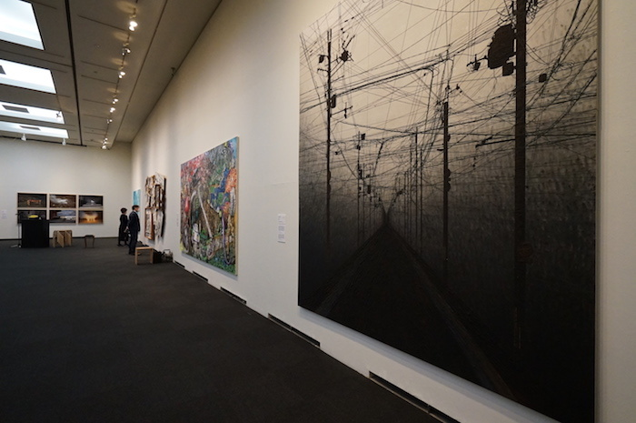 1階会場風景 平面作品なので、全て壁に掛けて展示される