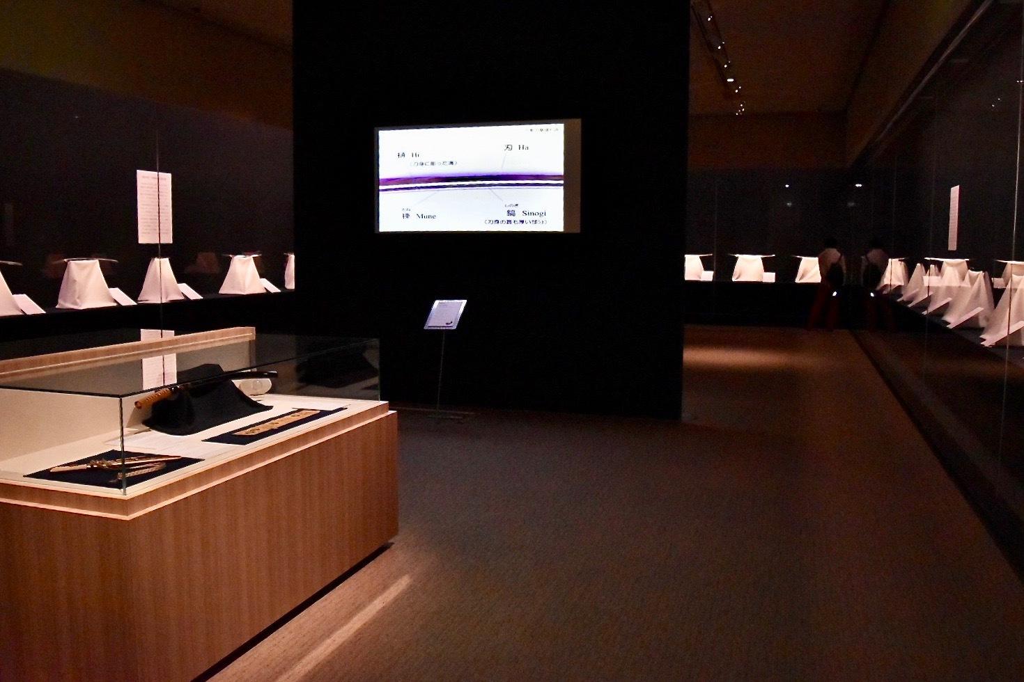 会場風景 中央のスクリーンでは、刀の各部位の名称が解説されている