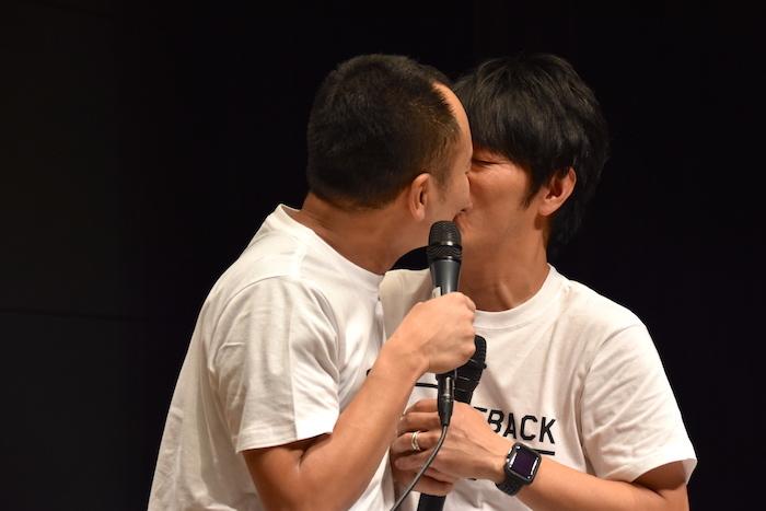 アイアム野田(左)の唇が柔らかいということで...結局キスを受け入れる川本成(右)