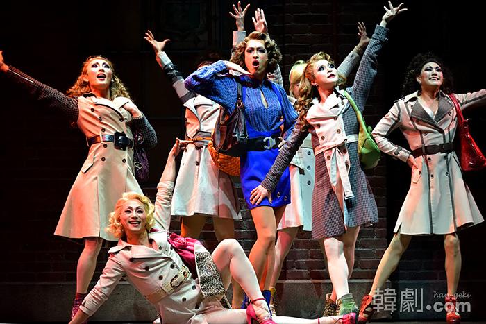 ローラとドラァグクイーン仲間の6人のダンサー「エンジェル」たちの完璧なアンサンブルが観客に大人気!