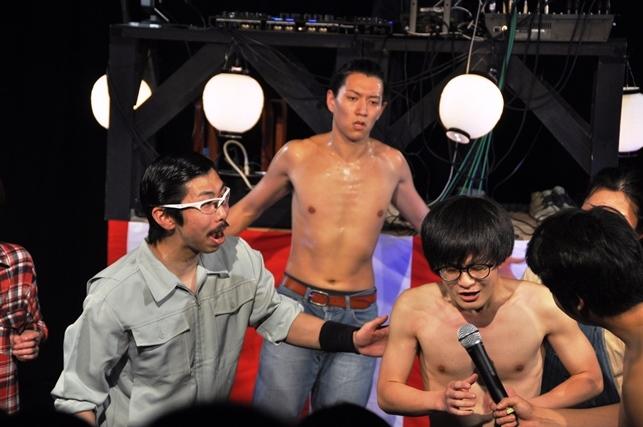 ドラゴン祭りで、じょーじ(右)は背後のドラゴン(正木悠太)と戦うことになるが…。