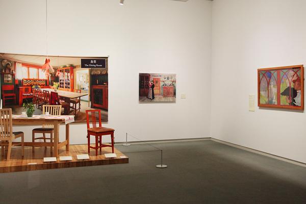 ラーション家を写真とインテリアで再現したコーナーとその再現した部屋を描いた作品《クリスマスと新年の間》をパネル展示 右:《史跡巡りをする夫婦》
