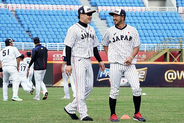 台湾での練習に参加した丸佳浩選手(前左)