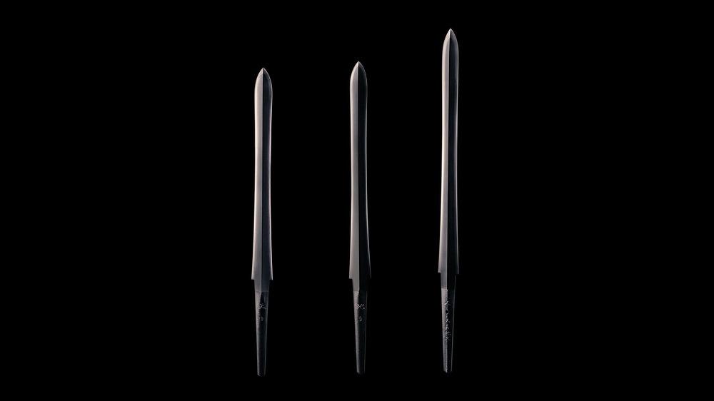 (左から)「陽の剣 銘 天」、「陰の剣 銘 地」、「奉献の剣 銘 人・天地長久」