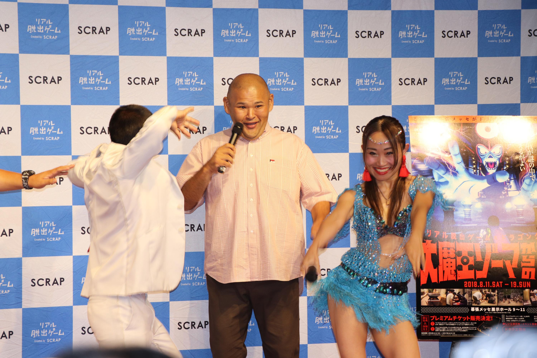不思議な踊りで取材陣を惑わすキンタロー。に団長も参加 (c)SHOCHIKU GEINOU