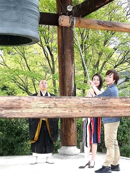 京都・高台寺で『ノートルダムの鐘』成功祈願を行った飯田達郎と岡村美南(撮影/石橋法子)