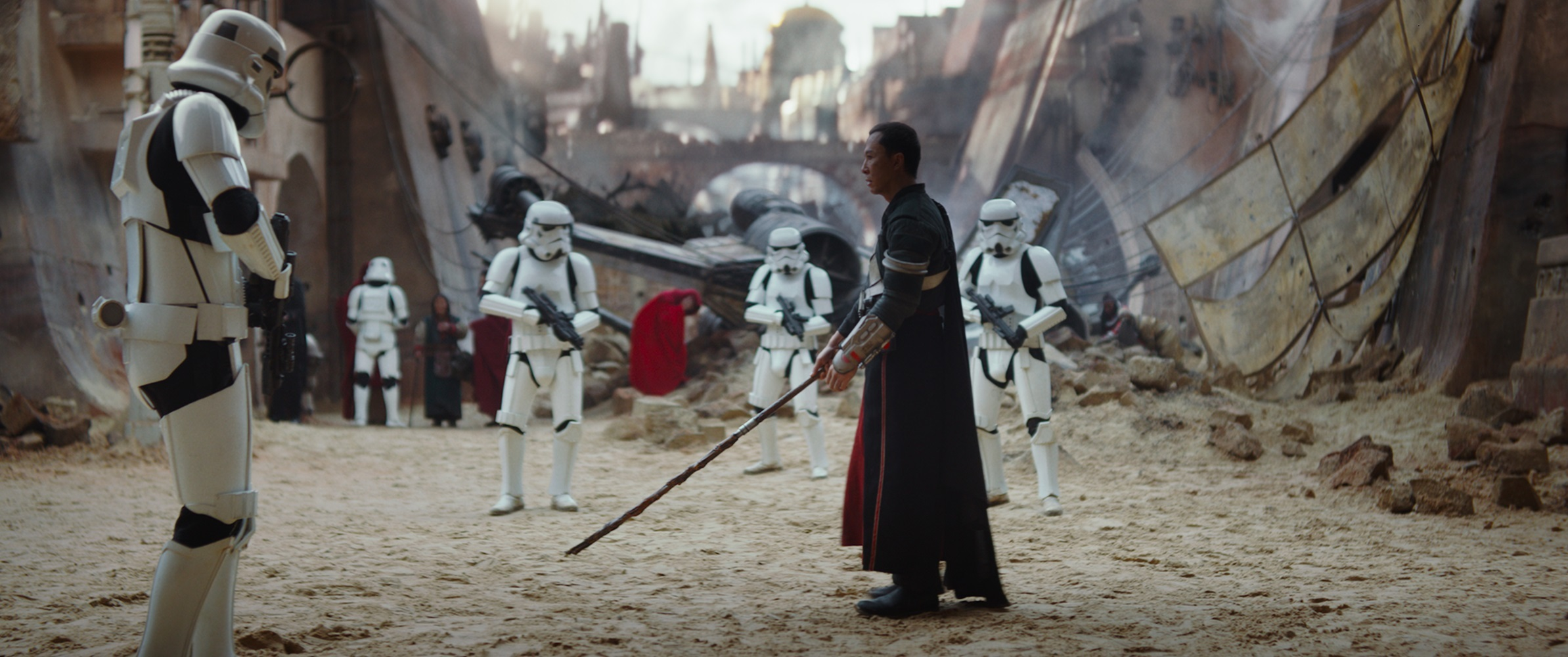 ドニー・イェン演じるチアルート・イムウェ 棒きれでストームトルーパーをなぎ倒していく (C) 2016 Lucasfilm Ltd. All Rights Reserved.