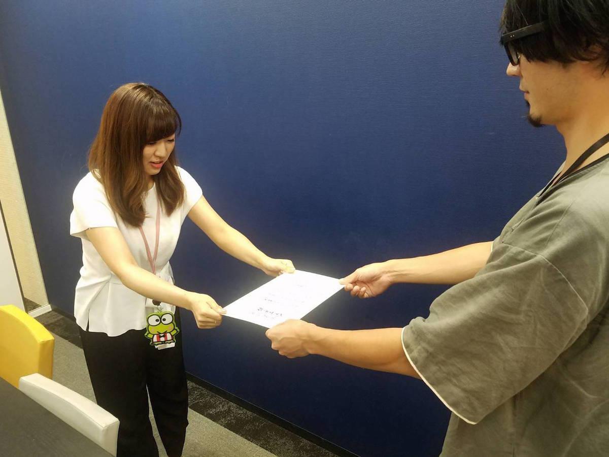 帰京後、卒業証書を授与されたシマザキ