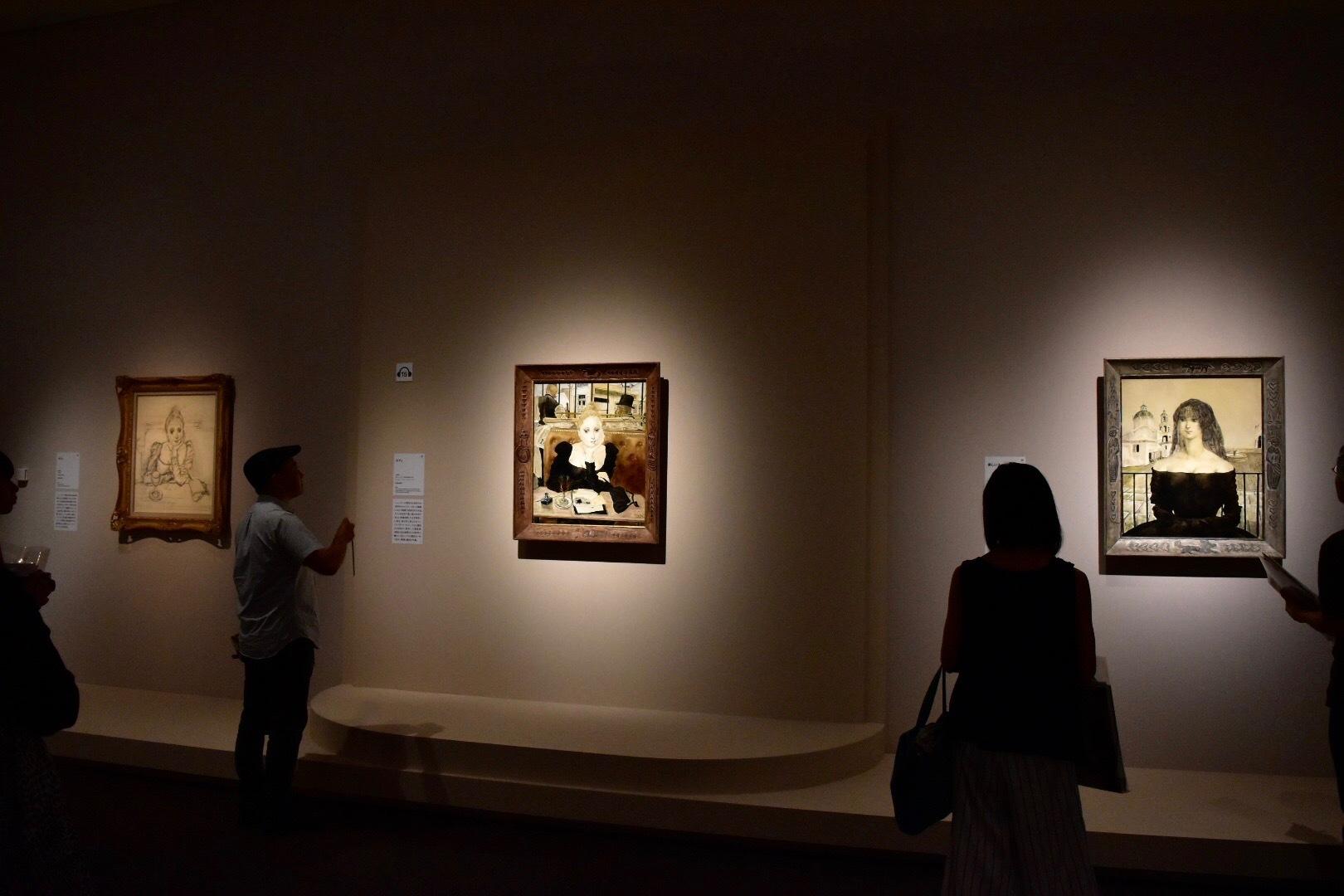 右から《美しいスペイン女》 1949年 豊田市美術館蔵、《カフェ》 1949年 ポンピドゥー・センター蔵、《カフェ》 1949年 熊本県立美術館蔵 (C) Foun dation Foujita / ADAGP , Paris & JASPAR , Tokyo , 2017 E2833
