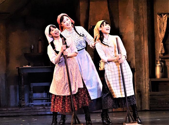 〈結婚仲介の歌〉を歌う、右から唯月ふうか(次女ホーデル)、凰稀かなめ(長女ツァイテル)、屋比久知奈(三女チャヴァ)。写真提供/東宝演劇部