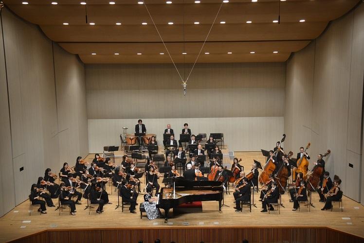 大阪フィルハーモニー交響楽団と共演(2016.11.6)  写真提供:みつなかホール