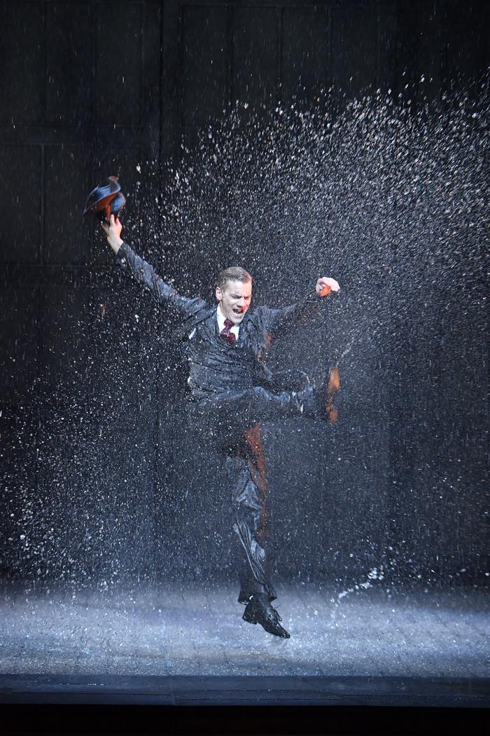 『SINGIN' IN THE RAIN~雨に唄えば~』舞台写真 撮影:阿部章仁