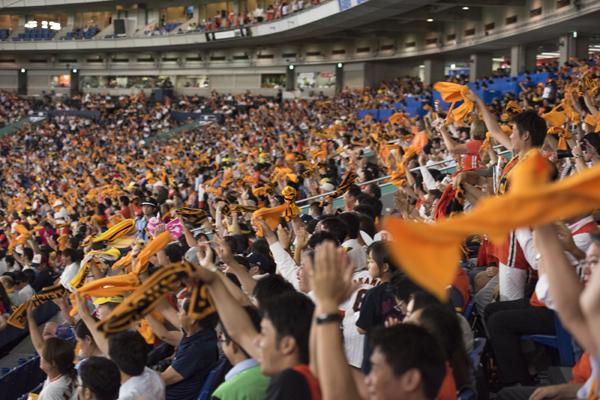 坂本のホームランにスタンドではオレンジのタオルが躍る。