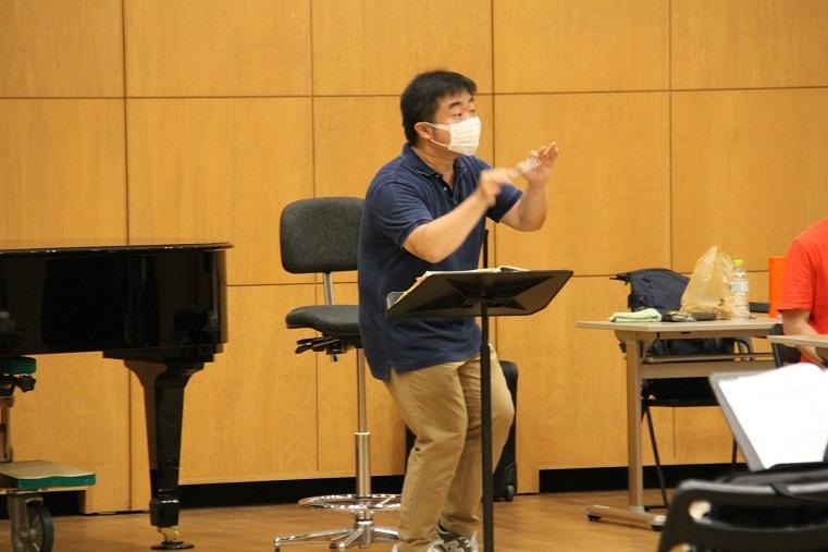 指揮者 園田隆一郎の、粘り強く熱意溢れる指導は続く  (C)H.isojima