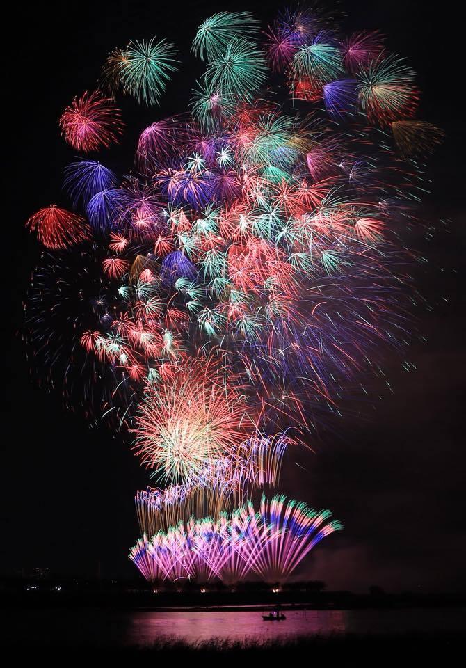 印旛沼湖畔に広がるスターマインの数々。湖畔から打ち上がるダイナミックな花火は圧巻。