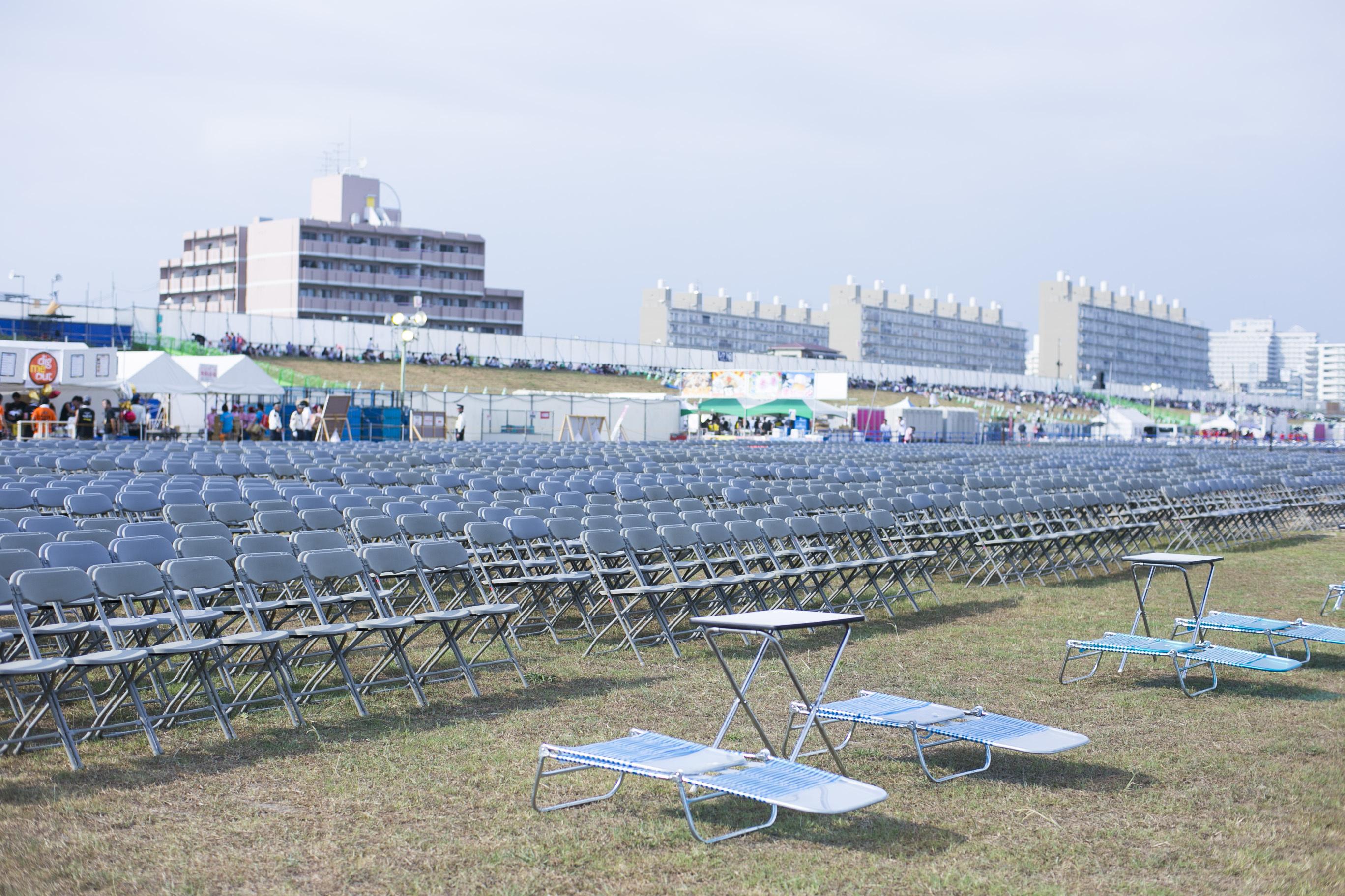 最前列に設置されたサマーベッドエリアと約3,000席のイープラスシート