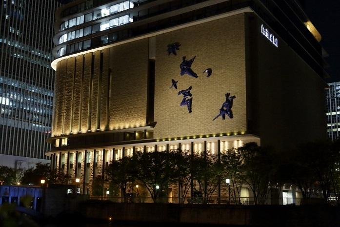 ライトアップされたフェスティバルホールの外観。 (C)飯島隆