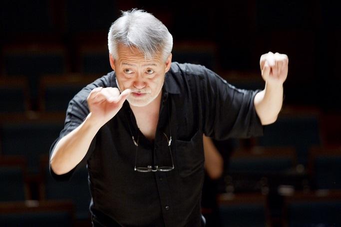 得意の古典派プログラムを指揮する鈴木秀美マエストロ