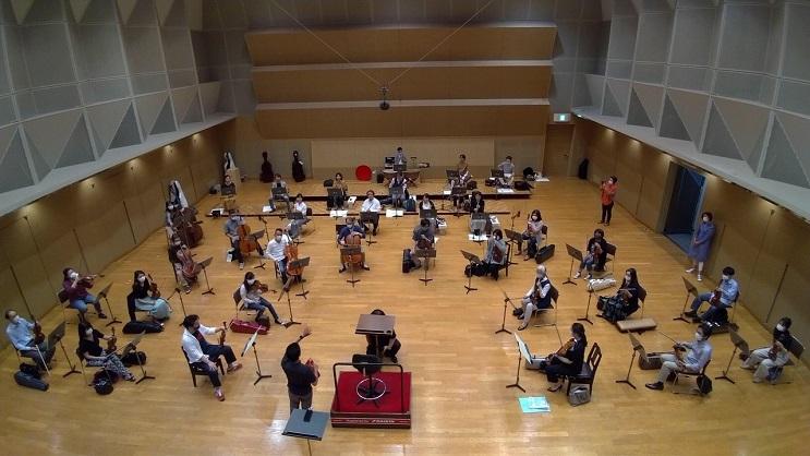 ソーシャルディスタンスを意識しながら配置を確認する関西フィルハーモニー管弦楽団 写真提供:関西フィル