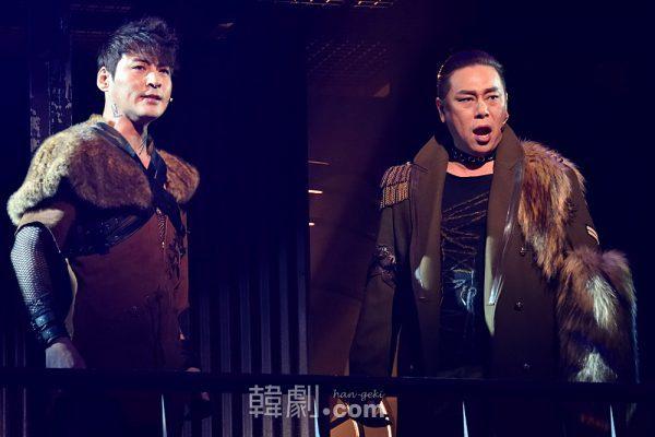 ジン役のキム・ジュンヒョン(左)と、軍曹役のキム・ボムレ