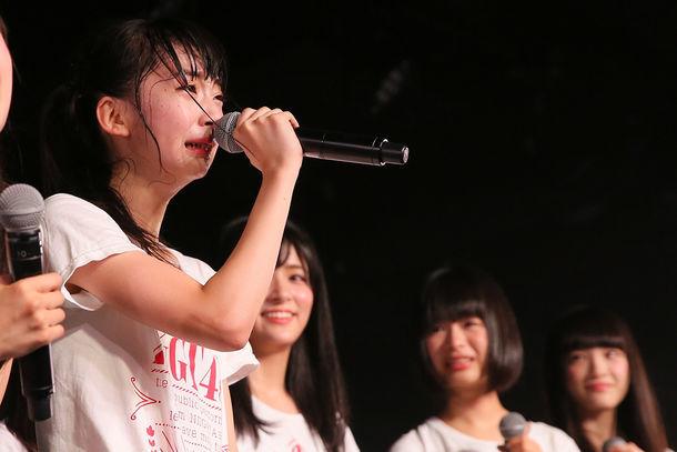 2ndシングルのセンターに抜擢され、泣きながら挨拶する荻野由佳。 (c)AKS