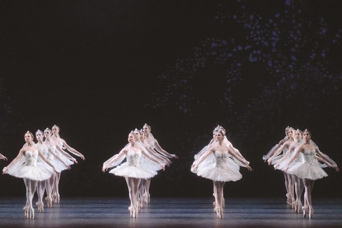 ラ・バヤデール LA BAYADERE. Artists of The Royal Ballet in the 'Kingdom of the Shades' scene.