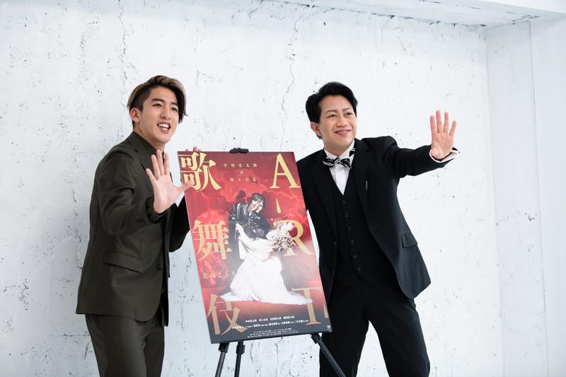「歌舞伎役者が絶対やらない歌舞伎のポーズやろう」と右近。「ヨッ(手を叩き)ART歌舞伎!」とのっかる壱太郎。