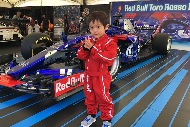 F1マシン「Red Bull Toro Rosso Honda STR13 2019年カラー」が展示。記念撮影もできる