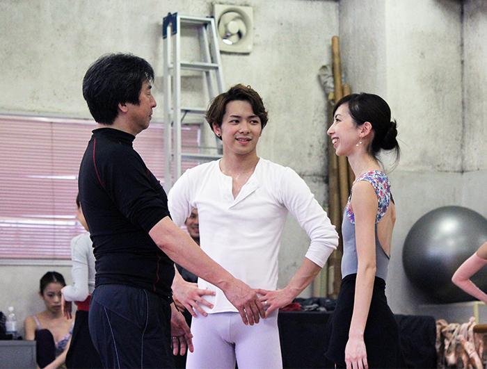 「ドラゴンクエスト」リハーサル。振り付け家の鈴木稔氏(左)、白の勇者(中央)、王女(右) 撮影:西原朋未