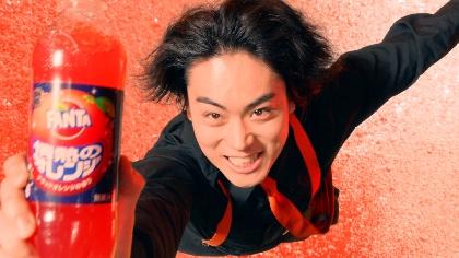 菅田将暉が「アスリートのような体幹」でワイヤーアクションを披露 新TVCM『ファンタ 情熱のオレンジ「ハロウィン」』篇