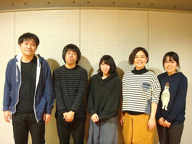 左から 作・演出の平塚直隆、出演者の田内康介、川上珠来、大脇ぱんだ、横山更紗