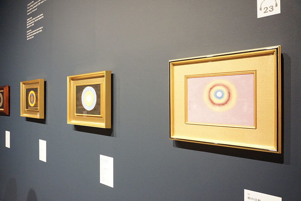 右手前から:《朝の日輪》 1955年 愛知県美術館 木村定三コレクション 《朝のはぢまり》 1969年 岐阜県美術館 《夕映》 1970年 岐阜県美術館