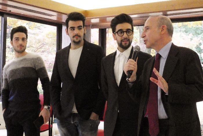 「いい方向に進化しながら、ますます飛躍を!」などとスタラーチェ駐日イタリア大使に激励され、聞き入る3人